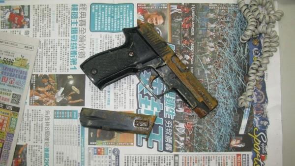 警方起出作案槍械(記者余衡翻攝)
