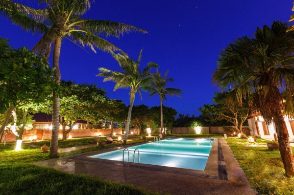 民宿原來的違法泳池夜景。(擷取自民宿網頁)