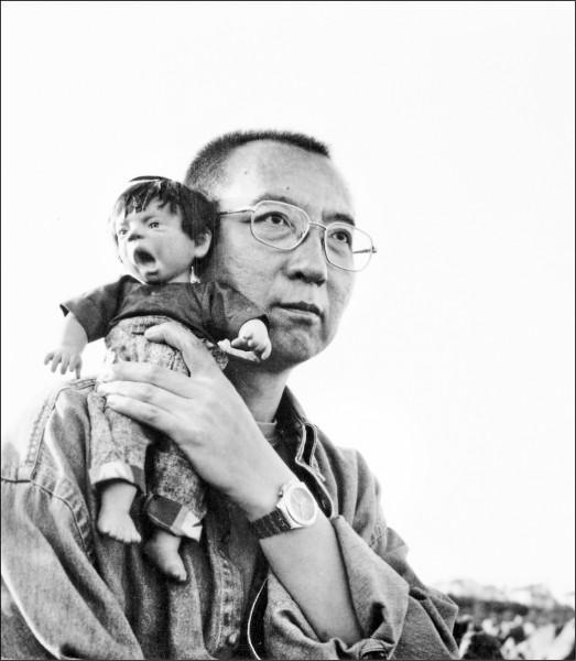 圖為劉曉波之妻劉霞的攝影作品之一「劉曉波與玩偶」。(歐新社檔案照)