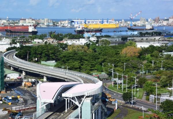 高雄輕軌C8到C12站本週五通車,圖為C11站空拍圖,後為高雄港。(圖由捷運局提供)