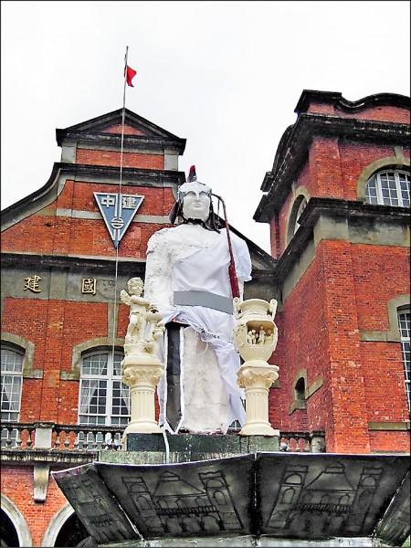 針對交大學生詢問母校建中的蔣中正銅像問題,台北市長柯文哲昨說︰「你把蔣銅像當成石頭就好。」圖為建中學生曾在畢業典禮日,「惡搞」蔣中正銅像。(資料照)