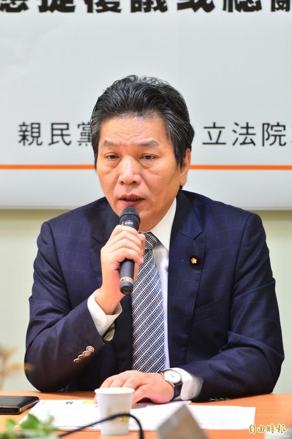李鴻鈞說,希望行政院於7月7日前,對綠黨團打臉年改會版本的不合理條文提出覆議,若否則應為重大法案失敗提出「內閣總辭」。(記者王藝菘攝)