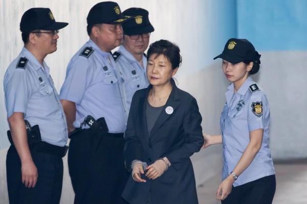 朴槿惠最後因「閨蜜門」貪瀆醜聞被彈劾下台,暗殺計劃胎死腹中。(彭博)