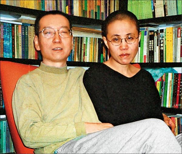 劉曉波與妻子劉霞二○○二年十月在北京住家的合影。(法新社檔案照)