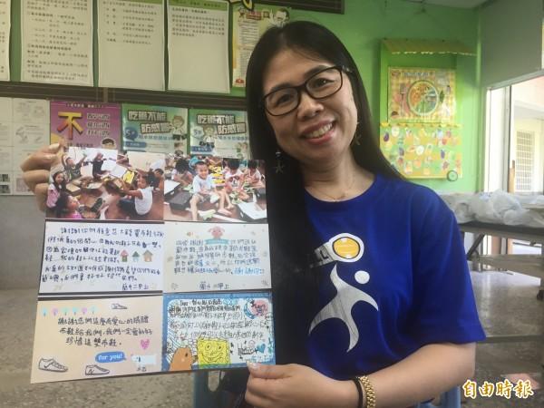 賓朗國小護理師蔡慧美引進台灣全民運動協會資源,為蘭嶼小朋友送來新運動鞋。(記者張存薇攝)