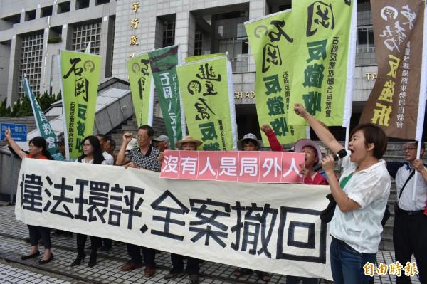 東豐快速道路環評今天召開辯論庭,公民團體怒喊「違法環評,全案撤回」。(記者張瑞楨攝)