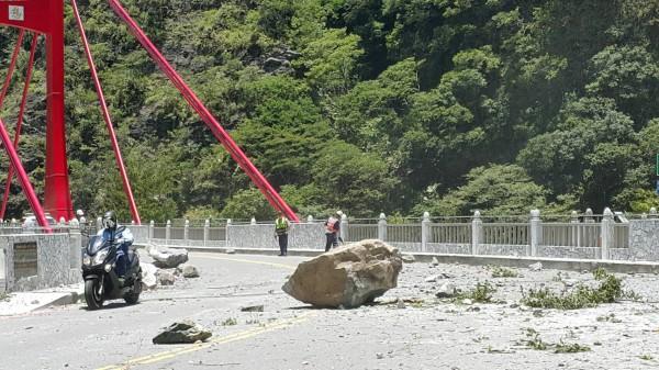 中橫慈母橋今降落石,嚇壞路過人車。(警方提供)