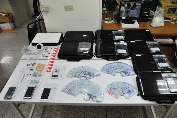 警方破案時查獲的證物,但這個愛情詐騙集團尚未得款就被掃蕩。(資料照)