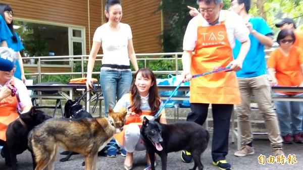 台北市長柯文哲下午體驗遛狗。(記者黃建豪攝)