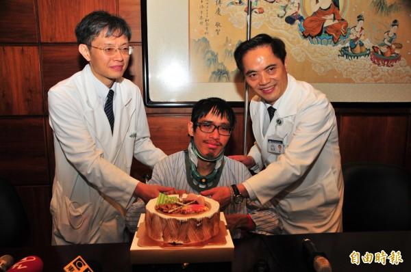慈濟醫院院長林欣榮(右)、骨科醫師姚定國(左),和李明翰一起切蛋糕慶祝「重生」,身體也慢慢復元中。(記者花孟璟攝)