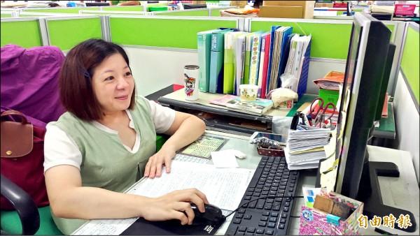 國考廿一次終於考上身障特考的玻璃娃娃楊美玲,在虎尾公所承辦低收入戶業務,她的故事激勵許多弱勢者。(記者廖淑玲攝)
