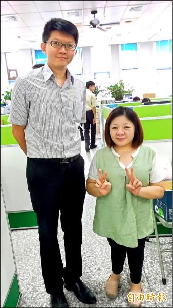 虎尾公所機要秘書林建華(左)恭喜楊美玲如願以償。(記者廖淑玲攝)