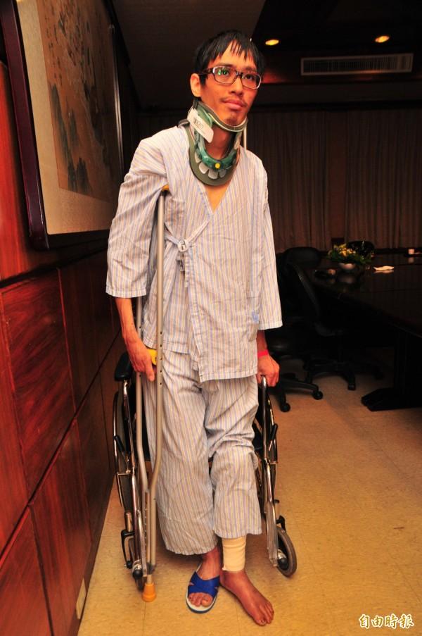 李明翰做完右人工髖關節置換後,術後復原良好,已經可以嘗試站立,他希望趕快恢復健康可以重回山上爬山。(記者花孟璟攝)