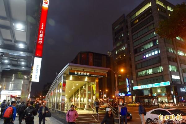 台北捷運捷運松江南京站,今日晚間6時30分左右,發生有男子手機爆炸,結果遭碎玻璃割傷手的事件。(資料照,記者簡榮豐攝)