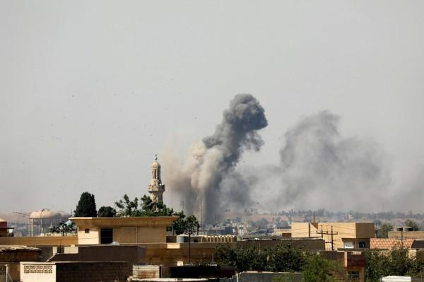 以美國為首的聯軍於26日發動空襲,轟炸敘利亞東部一間IS掌控的監獄,空襲至少造成57人死亡。(路透)