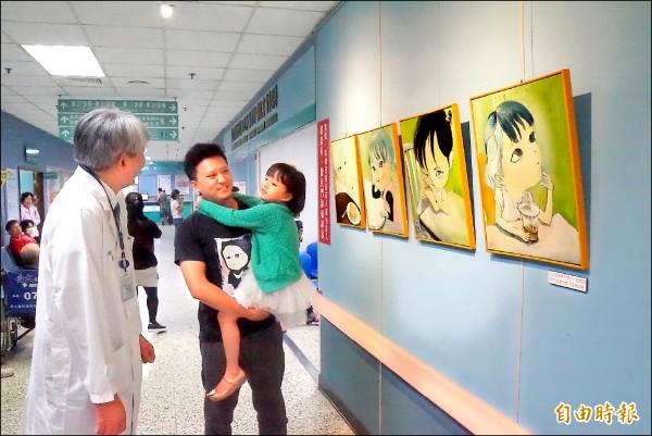 畫家李俊達帶著女兒「潤潤」,出席早產兒公益畫展。(記者詹士弘攝)