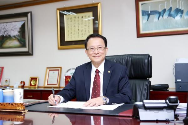 交通大學校長張懋中看見年改影響高教人才,憂心人才外流,加上近5到10年有半數教授要退休,高教品質恐下滑,更影響台灣競爭力。(交大提供)
