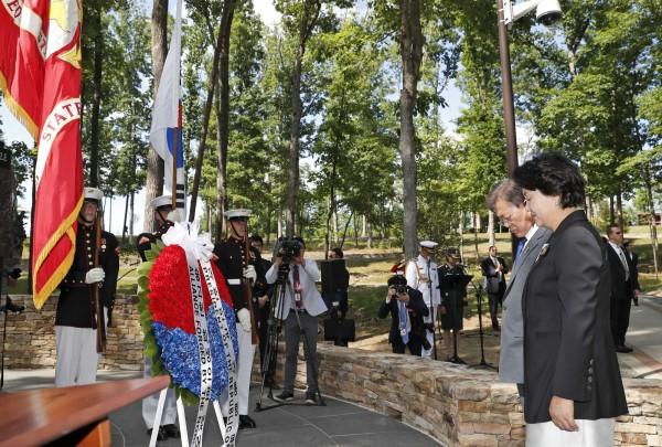文在寅前往5月初才正式揭幕的「長津湖戰役紀念碑」獻花。(美聯社)