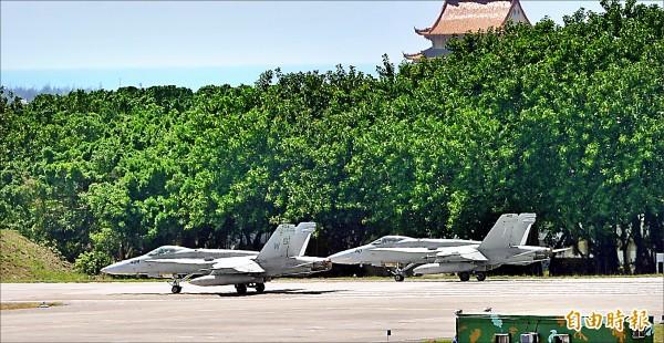 美國F/A-18戰機二○一五年曾在台南空軍基地降落,引發外界關注。 (資料照,記者黃志源攝)