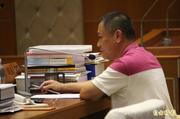 國民黨新竹縣議員劉良彬今天下午在議場內仍試圖挽留勞動黨議員高偉凱、綠黨議員周江杰不要辭職,但是依舊無果。(記者黃美珠攝)