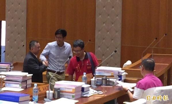 新竹縣議會第18屆第15次臨時會今天在清點人數後告結,勞動黨縣議員高偉凱(右2)、綠黨議員周江杰(左2)從容轉身離開。(記者黃美珠攝)