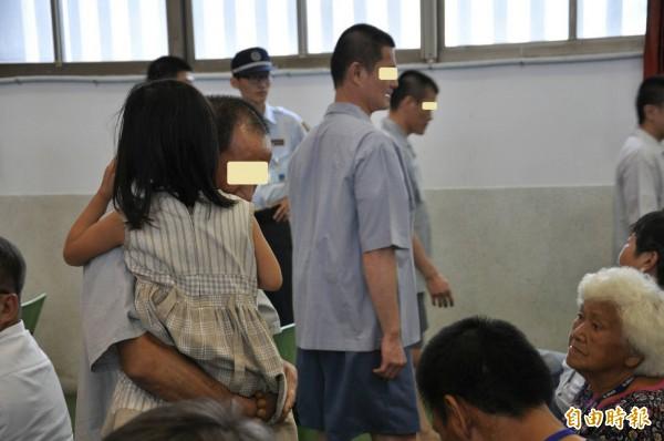 雲林第二監獄戒毒處舉辦成果展,收容人及家人團聚情景讓人充滿笑與眼淚。(記者廖淑玲攝)
