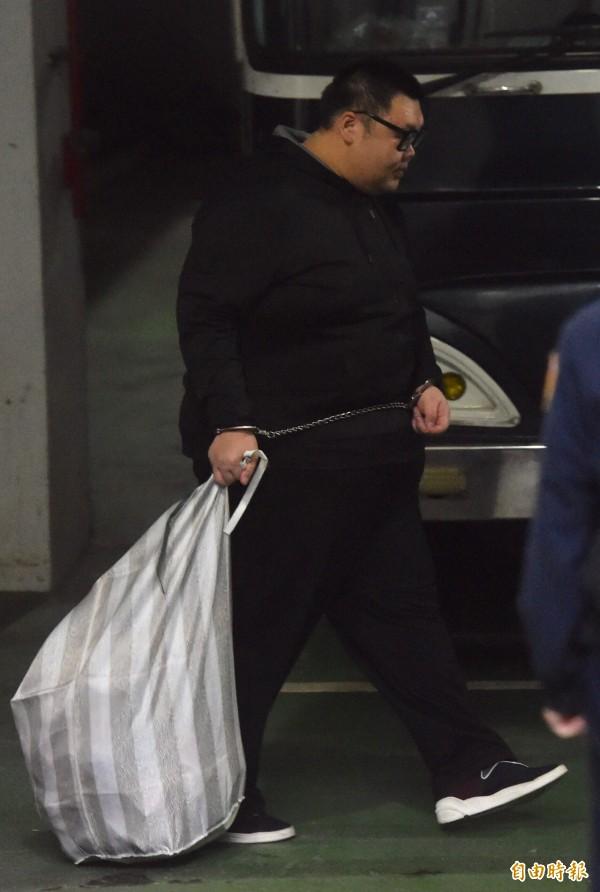 涉及W飯店案土豪哥朱家龍,法官裁定繼續收押禁見,傍晚移送看守所。(記者簡榮豐攝)