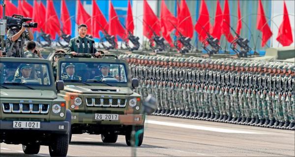 中國國家主席習近平六月卅日前往香港石崗軍營閱兵,此次閱兵規模為解放軍駐港部隊成軍廿年以來最大。(美聯社)