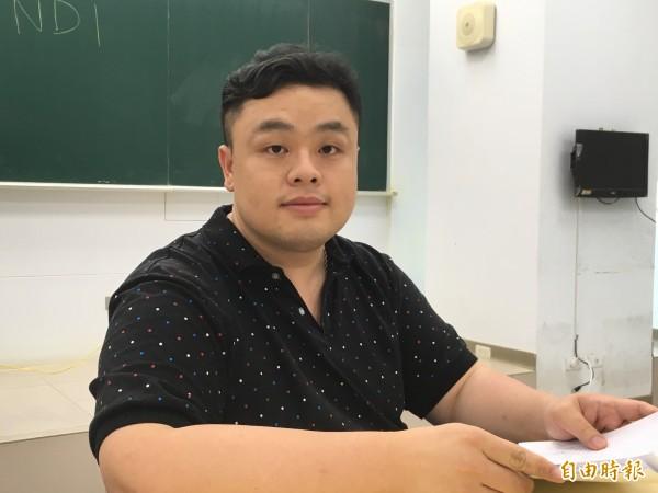 指考物理科,補教老師陳建豪直言,今年考卷是近40年來心機最重的一次,命題老師好像「火箭隊」,好討厭的感覺。(記者林曉雲攝)