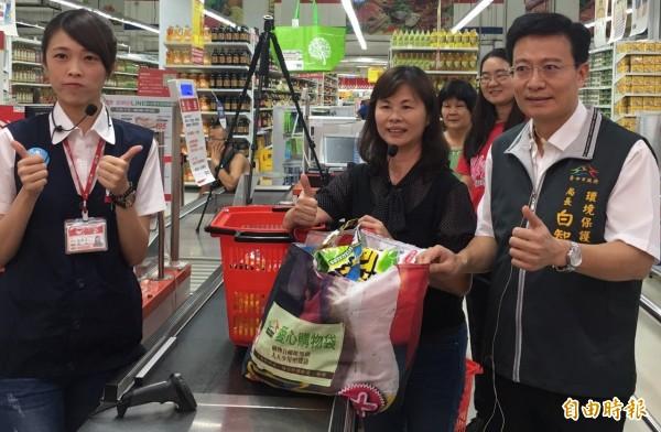 環保局提供回收物製作的愛心購物袋給大賣場,供消費借用。(記者蔡淑媛攝)
