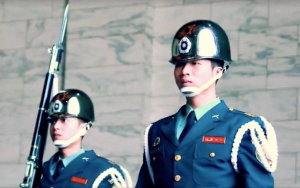 陸軍今公布一支影片,請日前執勤中倒地的陸軍儀隊士兵現身說法。(記者涂鉅旻翻攝自陸軍司令部臉書)