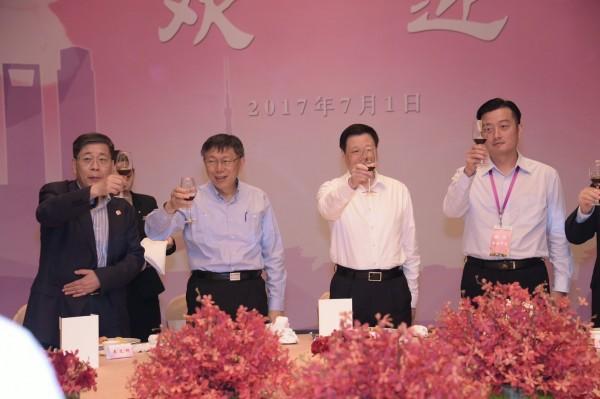 由左至右依序為上海台辦主任李文輝、台北市長柯文哲、上海市長應勇、國民黨台北市議員李傅中武。(北市府提供)