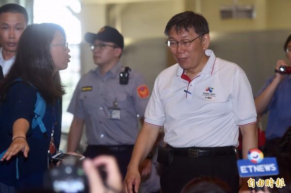 台北市長柯文哲(右)1日由台北松山機場搭機前往上海,出席2017台北上海城市論壇。(記者簡榮豐攝)