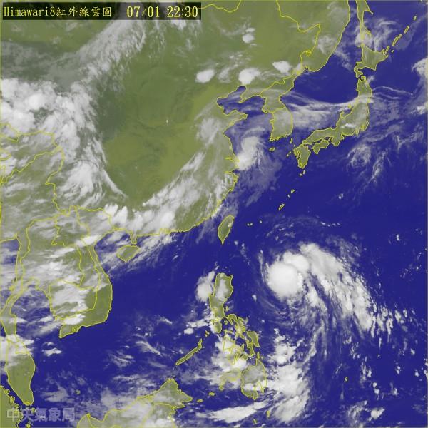 中央氣象局指出,位於菲律賓東北東方海面的熱帶性低氣壓,最快明天就會形成輕颱。(圖擷取自中央氣象局)