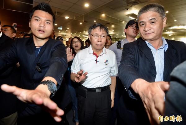 台北市長柯文哲(中)1日由台北松山機場搭機,前往上海出席2017台北上海城市論壇。(記者簡榮豐攝)