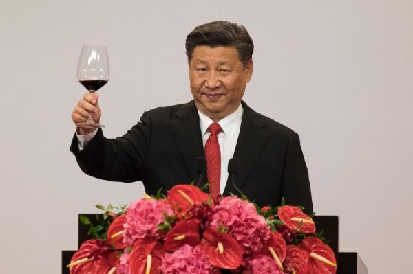 中國領導人習近平赴港訪問,晚宴中最名貴的菜色是碧綠蝦籽大烏參。(彭博)<h4>☆飲酒過量  有害健康  禁止酒駕☆</h4>
