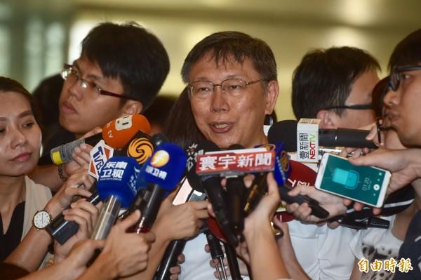 台北市長柯文哲1日由台北松山機場搭機,前往上海出席2017台北上海城市論壇,登機前接受媒體訪問。(記者簡榮豐攝)