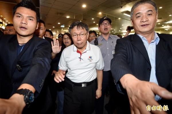 台北市長柯文哲今(1)日由台北松山機場搭機,前往上海出席2017台北上海城市論壇。(記者簡榮豐攝)