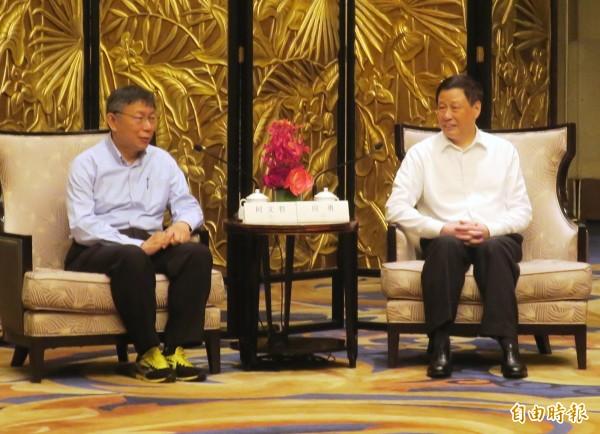 台北市長柯文哲和上海市長應勇對談,腳上的球鞋意外成了焦點。(記者郭安家攝)