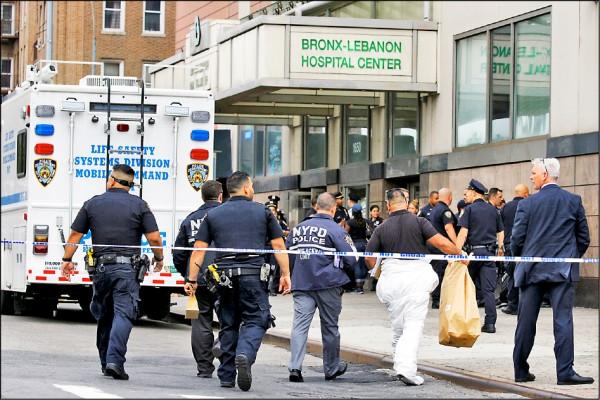 調查人員抵達槍擊案現場,進行蒐證。(路透)