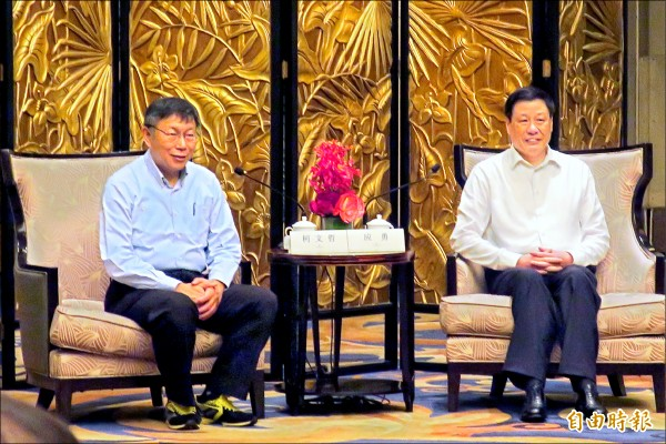 ▲上海市長應勇(右)昨晚設宴歡迎台北市長柯文哲,未料應勇致詞才廿六秒,中方維安人員即驅離現場採訪媒體。(記者郭安家攝)
