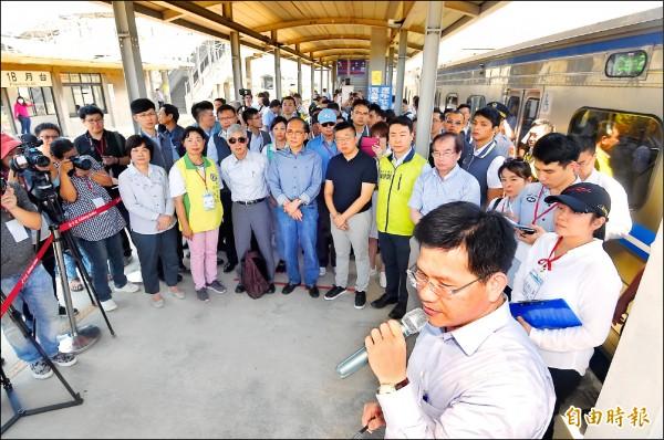 行政院長林全(前排左四)率官員視察台鐵「成功追分段鐵路雙軌化新建工程」。(記者廖耀東攝)