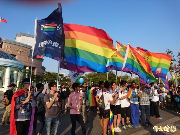 內政部宣布3日起,開放同性伴侶跨區註記。圖為去年12月底彩虹遊行活動。(資料照,記者洪瑞琴攝)