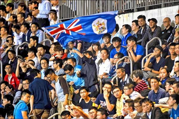 足球為香港最受歡迎的運動,顯然深受熱愛足球的殖民母國—英國的影響,直到今年四月廿五日,在香港旺角大球場進行的中國廣州桓大淘寶足球隊與香港東方龍獅足球隊比賽觀眾席上,仍可見一名東方龍獅足球隊的球迷揮舞著港英旗幟加油。(法新社)