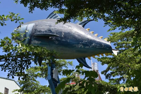 東港黑鮪魚藝術裝置的尾巴破損斷裂。(記者葉永騫攝)
