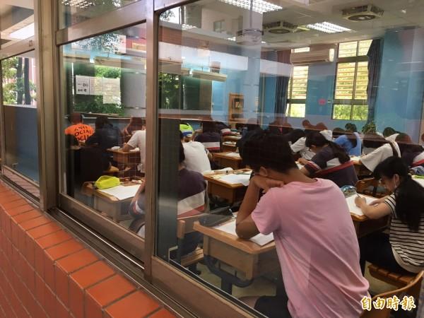 一項調查指出,台灣小孩從小學念到大學畢業,需花費約172萬元。示意圖。(資料照,記者李容萍攝)
