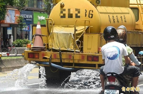 台北市環保局中午出動水車在馬路上灑水降溫。(資料照,記者廖振輝攝)