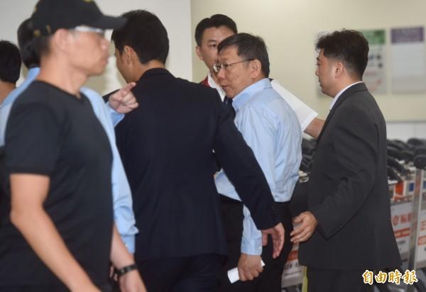 台北市長柯文哲今結束上海行,晚間9點45左右抵達松山機場。(記者簡榮豐攝)