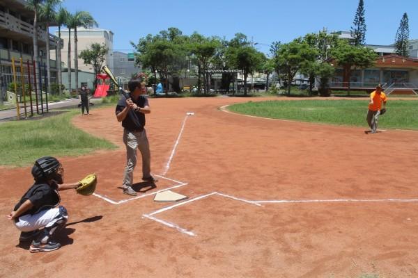 南市南區省躬國小籌組中斷四十年的少棒隊,並辦暑期棒球營活動。(記者王俊忠翻攝)