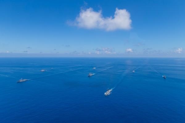 為反制中國遼寧艦航經台海,我軍方在澎湖海域軍演,有7艘軍艦參與。(圖:國防部提供)